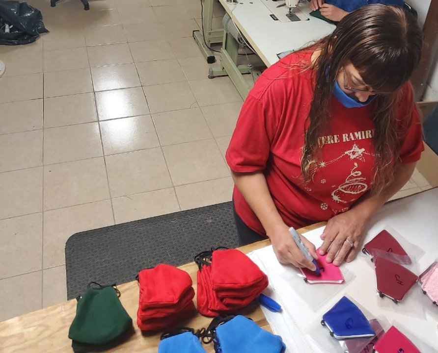 Worker from Maquiladora Justicia y Dignidad cooperative making masks (Photo: CFO)